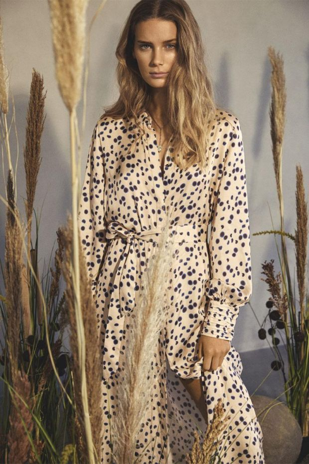 Coster Copenhagen Robe Long dress in moon print w. collar and tie band - Almond Milk